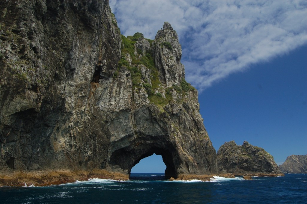 Hole_In_The_Rock_In_Bay_Of_Islands_Wikicommons 2